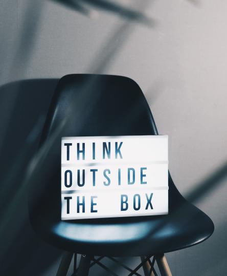Quadro escrito: Think outside the bom